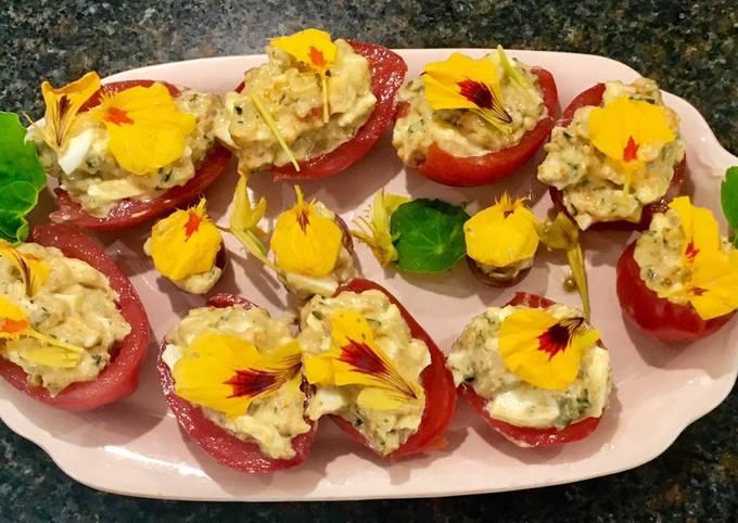 Opskrift På Rene Redzepi Farserede tomater med æg, sardeller, esdragon og koncentreret tomatkærnemos På