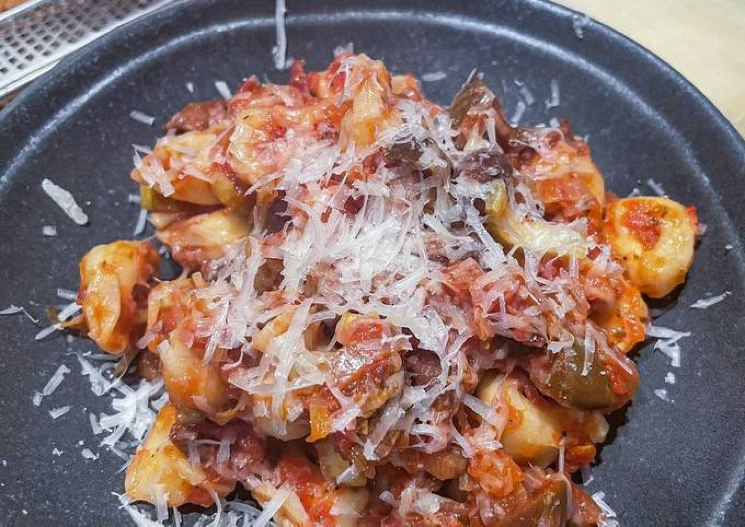 Tortellini mit Tomaten-Oliven-Sauce