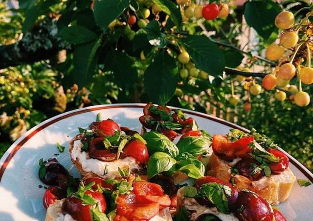 Bruschetta with cherry and ricotta ♥️