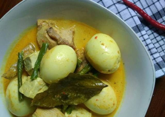 Gulai telur dengan ayam, telur dan kacang panjang