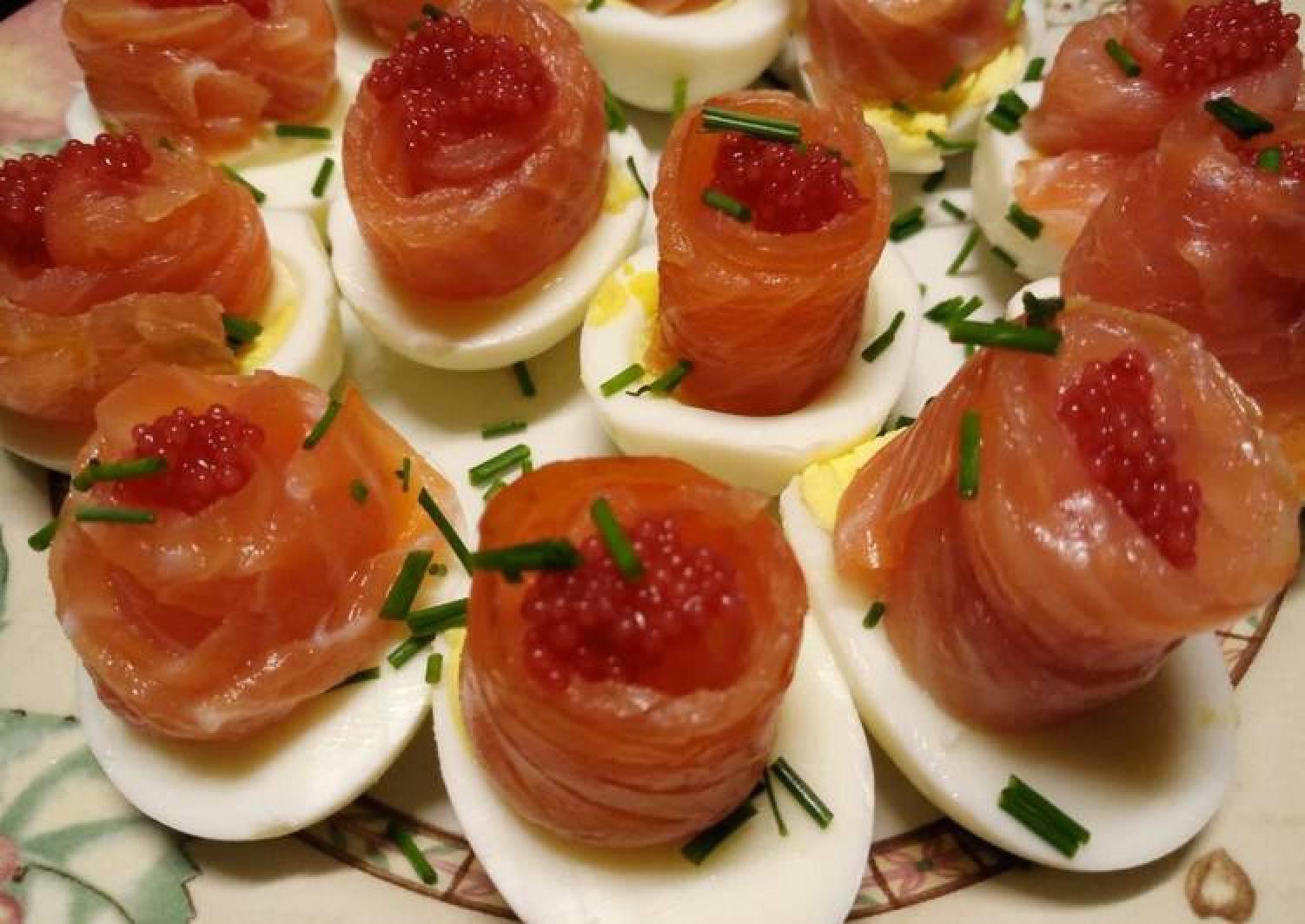 Uova, rosette di salmone e caviale