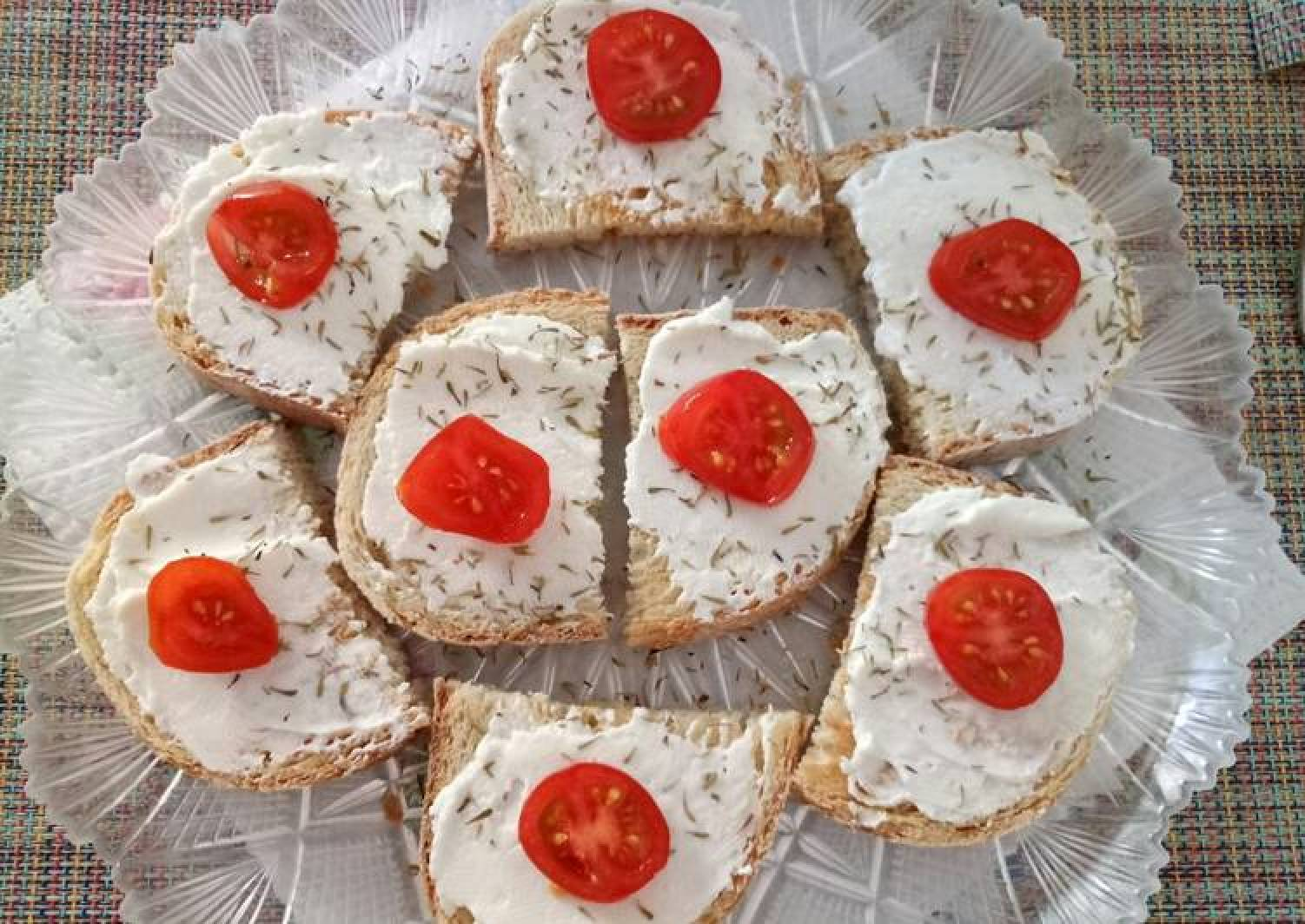 Bruschetta with goat's cheese, honey and thyme