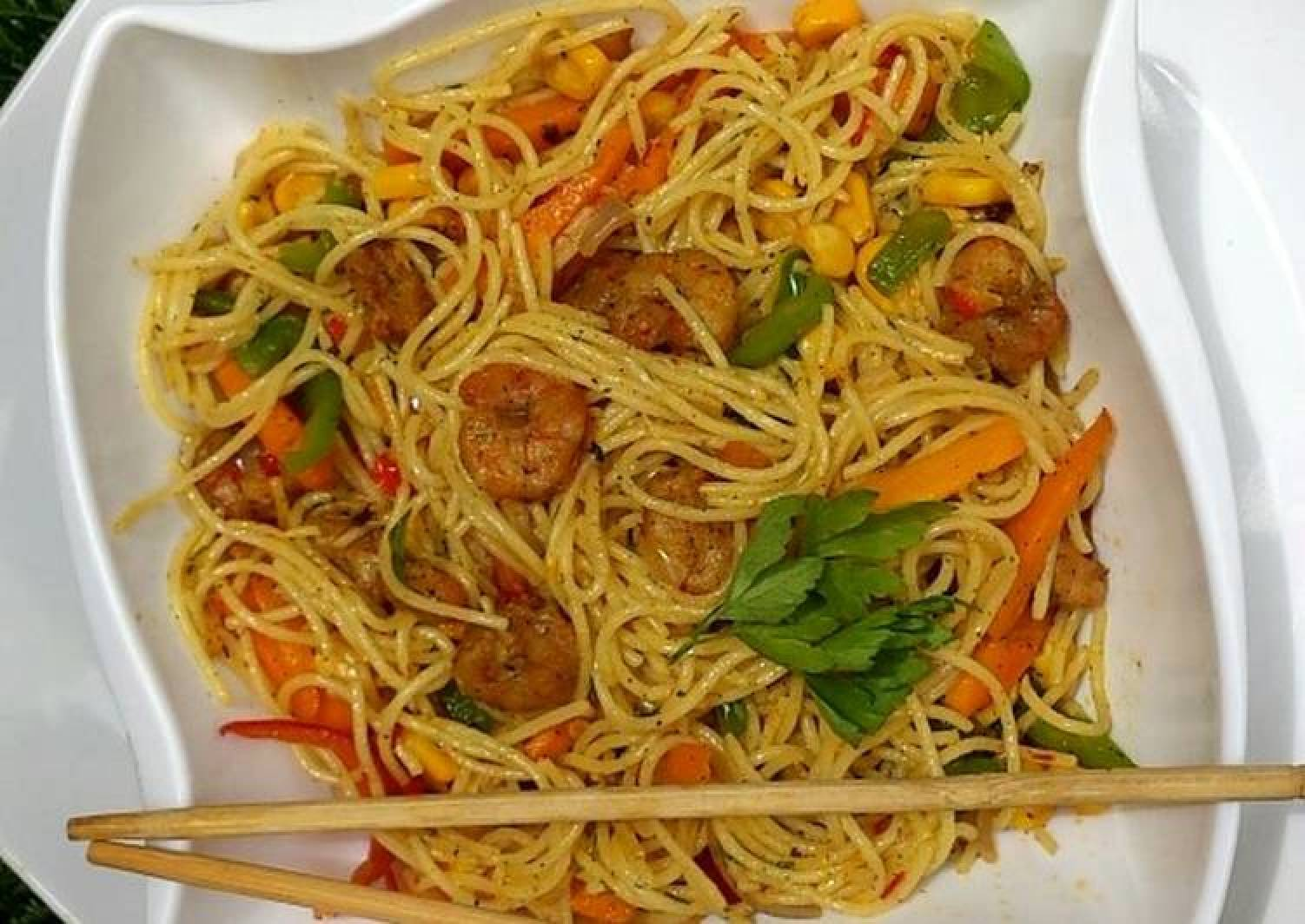 Simple shrimps and noodles stir Fry