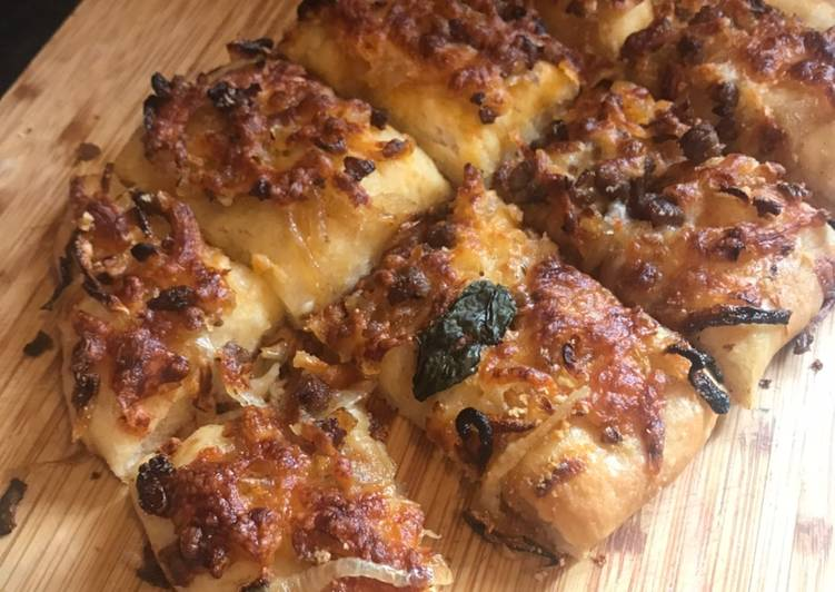 Pizza bread - no knead, with spicy mincebeef & caramelised onion