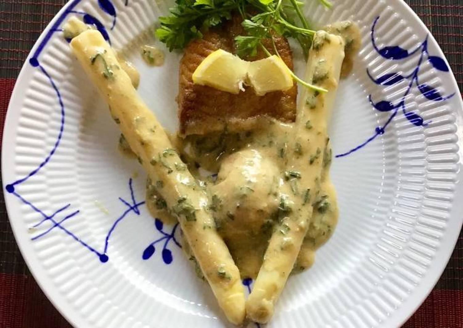 Meunierestegt slethvarfilet med asparges, nye kartofler og snyde bearnaisesovs