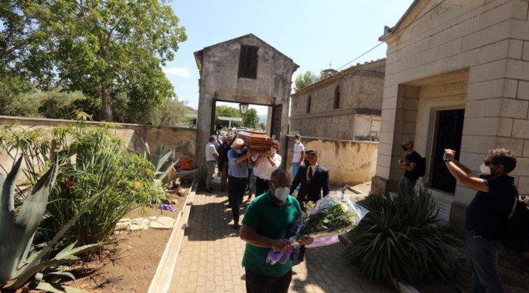 L'ultimo saluto a Libero De Rienzo: commozione ai funerali a Paternopoli