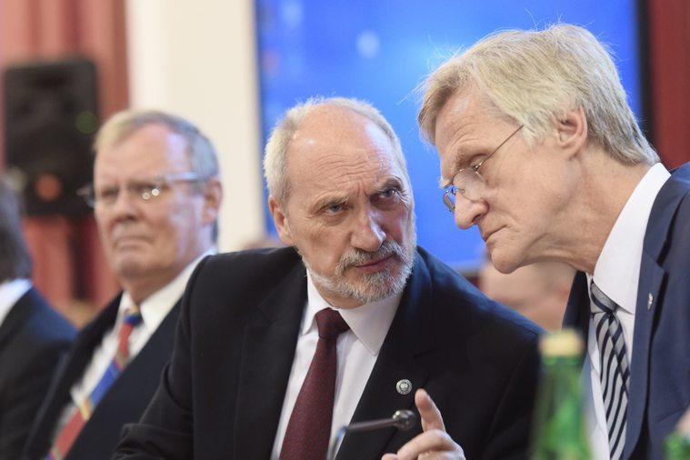 Antoni Macierewicz i Kazimierz Nowaczyk, w tle Wacław Berczyński