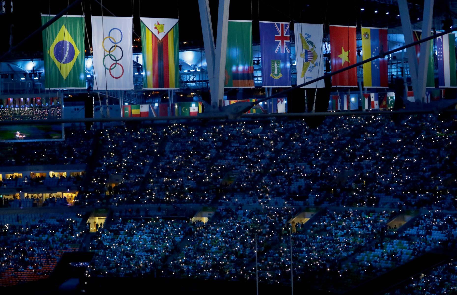 Bandeiras estão hasteadas dentro do estádio para cerimônia