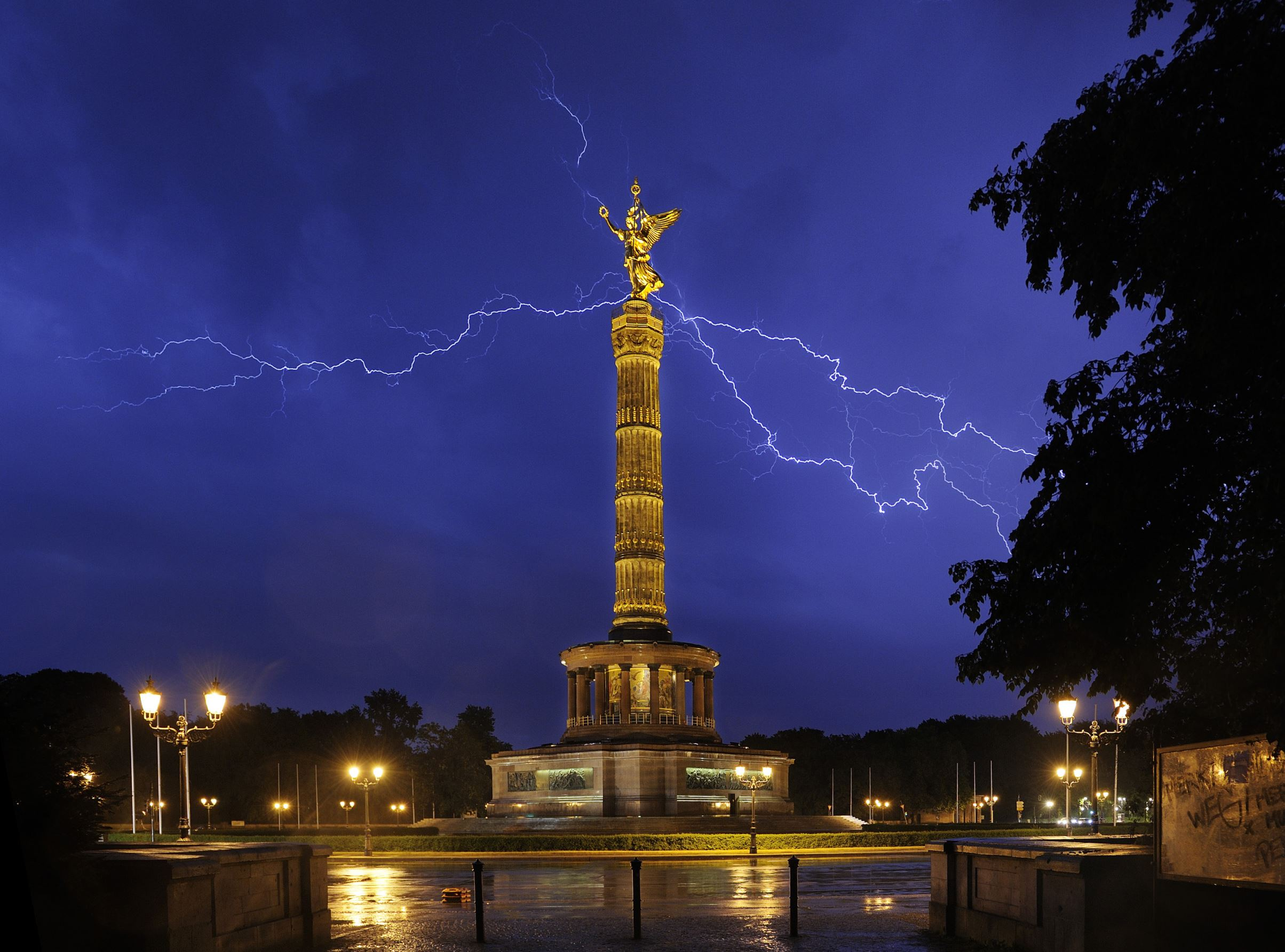 Слайд 49 из 86: Lightning storm, Berlin, Germany - 23 May 2016 Lightning storm above the Berlin Victory Column