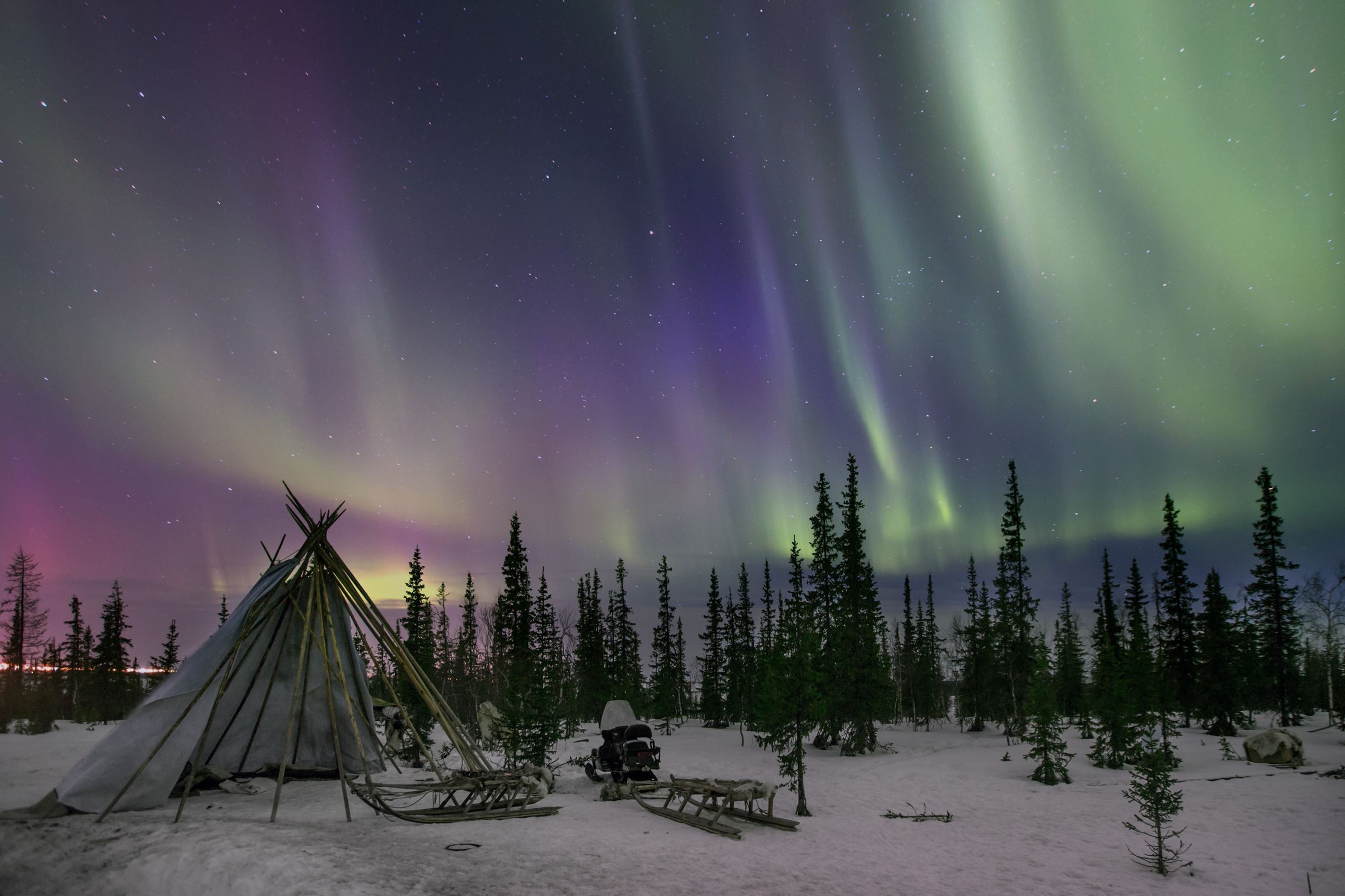 Слайд 33 из 86: YAMALO, RUSSIA - APRIL 08: Northern Lights seen near the town of Salekhard, Yamalo-Nenets Autonomous Okrug, Russia on April 08, 2016.  (Photo by Sergey Anisimov /Anadolu Agency/Getty Images)