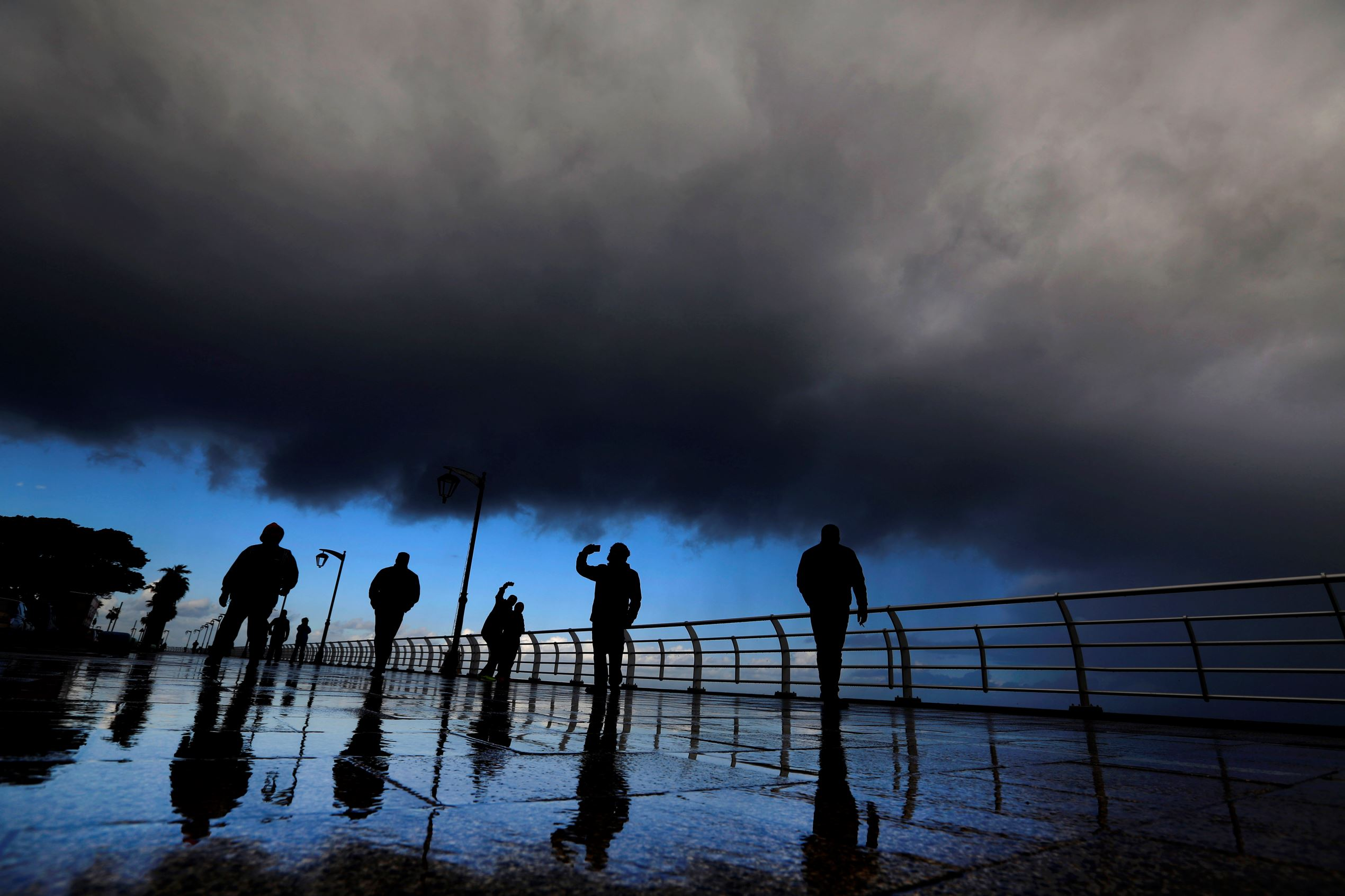 Слайд 12 из 86: Citizens take 'selfies' on the seafront at the Corniche, or waterfront promenade, in Beirut, Lebanon, Tuesday, Jan. 19, 2016. Temperatures in Beirut took a dip reaching 10 degrees Celsius (50 degrees Fahrenheit) at night. (AP Photo/Hassan Ammar)