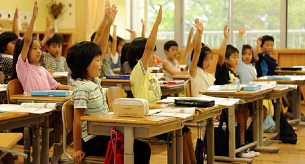 Devlet okullarının çoğunda üniforma yoktur ancak ayırt edilebilmeleri için şapka veya sembol taşımaları gerekmektedir.