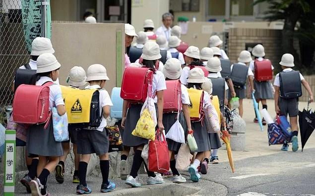 İlk 6 yıl haricinde ortalama ders saati hafta içi 6 saattir ki bu dünyadaki en uzun ders saati süresidir.