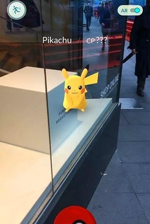 Sonra hooop! Pikachu orada! Bir Poke Topu fırlatacak kadar yakınınızda.