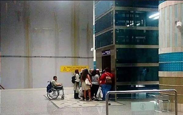 Engelli asansörlerinin kapısına yığılmaktan ve kullanmaktan vazgeçin.