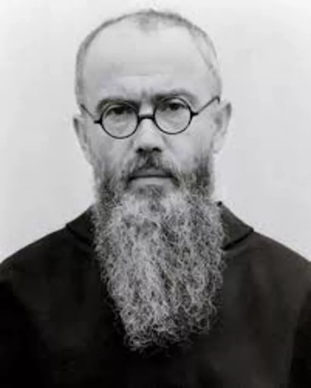 1910'da adını Maximilian olarak değiştirdi ve bir Fransisken oldu. Roma'da okudu, 1919'da Papaz oldu. Polonya'ya döndü ve kilise tarihi öğretmenliği yaptı. Varşova'nın batısında bir manastır inşa etti. Burada 762 Fransisken bulunuyordu ve çeşitli yayınlar yapılıyordu.