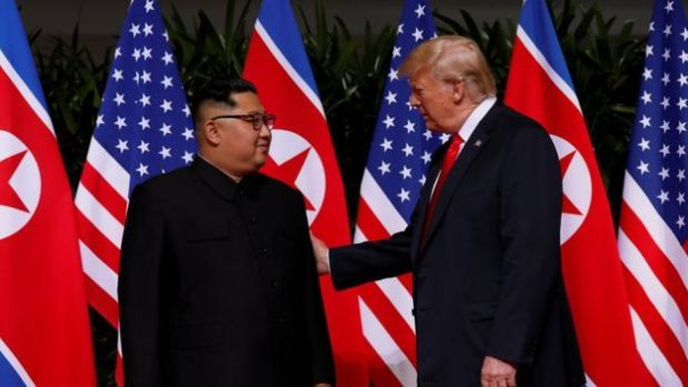 Trump dan Kim Berjabat Tangan (foto: Reuters)