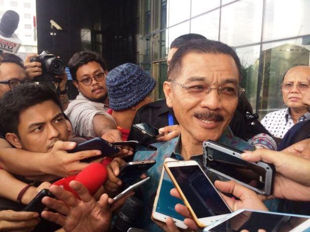 Mantan Mendagri, Gamawan Fauzi usai diperiksa KPK (Foto: Arie Dwi Satrio/Okezone)