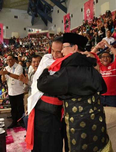 Jokowi bersama pesilat Hanif dan Prabowo. (Foto: Laily Rachev/Biro Pers Setpres)