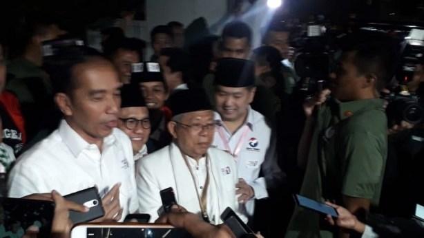 Jokowi, KH Ma'ruf Amin, dan Hary Tanoe usai pengambilan nomor urut capres di KPU Jakarta, Jumat (21/9/2018). (Foto : Arie Dwi Satrio/Okezone)