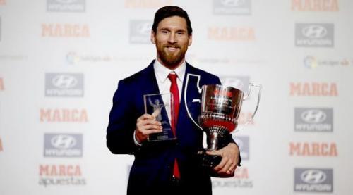 Messi berfoto bersama trofi yang pernah didapatkannya