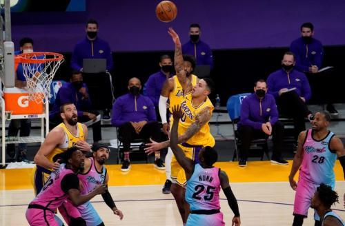 Lakers gagal menang atas Miami Heat (Foto: Reuters/Robert Hanashiro)