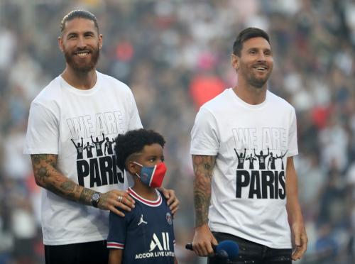 Sergio Ramos dan Lionel Messi diperkenalkan PSG (Foto: Reuters)