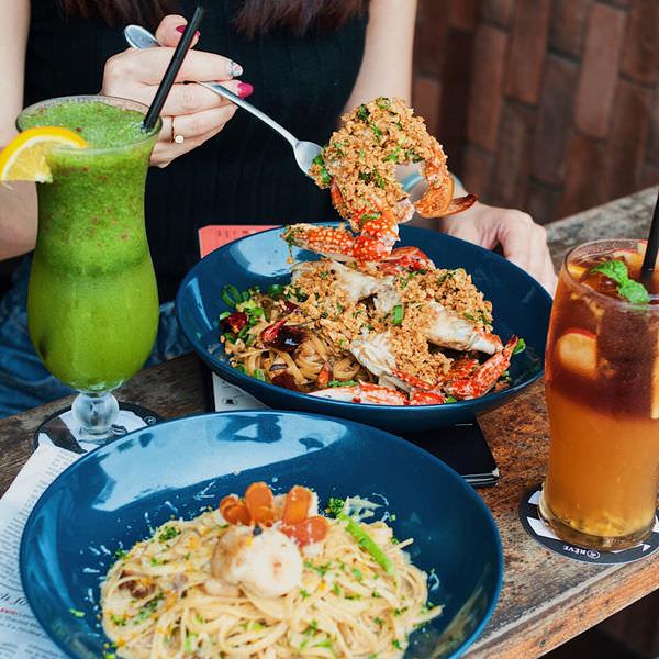 (台南美食/安平區)黑浮咖啡~咖啡廳也能吃到非常美味的餐點!大推蒜酥炒蟹義大利麵!