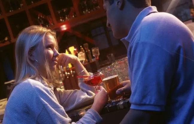 """Les utilisateurs de Tinder préfèrent rencontrer leur """"date"""" dans un bar, lieu neutre par excellence."""