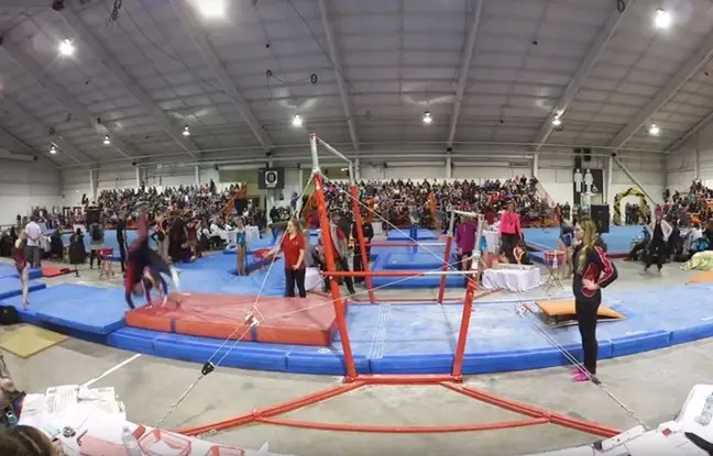 Grâce à sa manœuvre acrobatique, ce coach a évité à sa jeune gymnaste une très mauvaise chute.