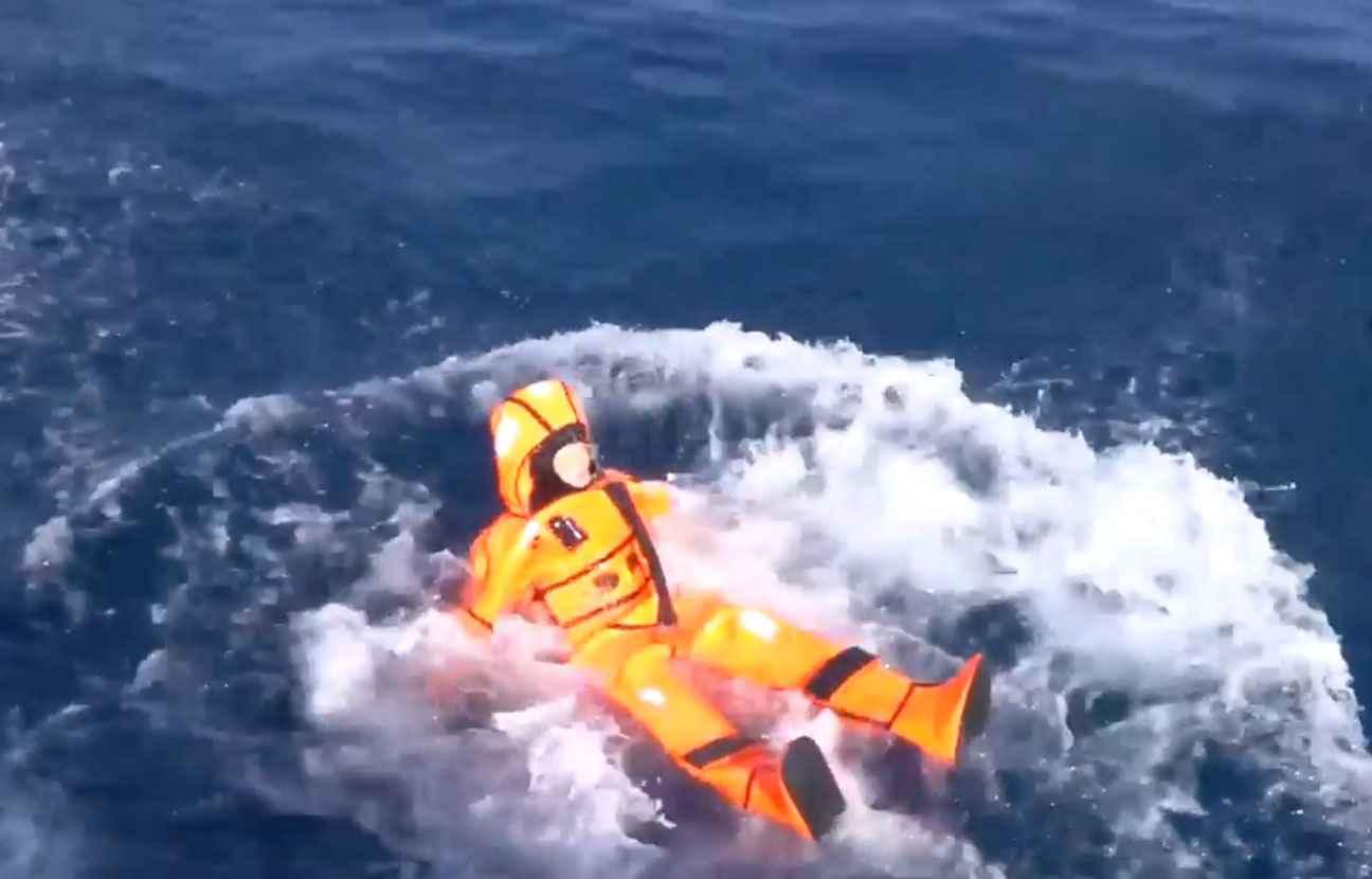 Pour comprendre ce que vivent les migrants, la ministre norvégienne de l'Immigration, Sylvi Listhaug, s'est jetée à l'eau dans une solide combinaison anti-noyade au large de Lesbos.