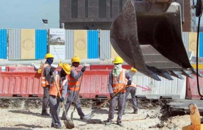 Des travailleurs étrangers sur un chantier de construction à Doha, le 16 novembre 2014 au Qatar