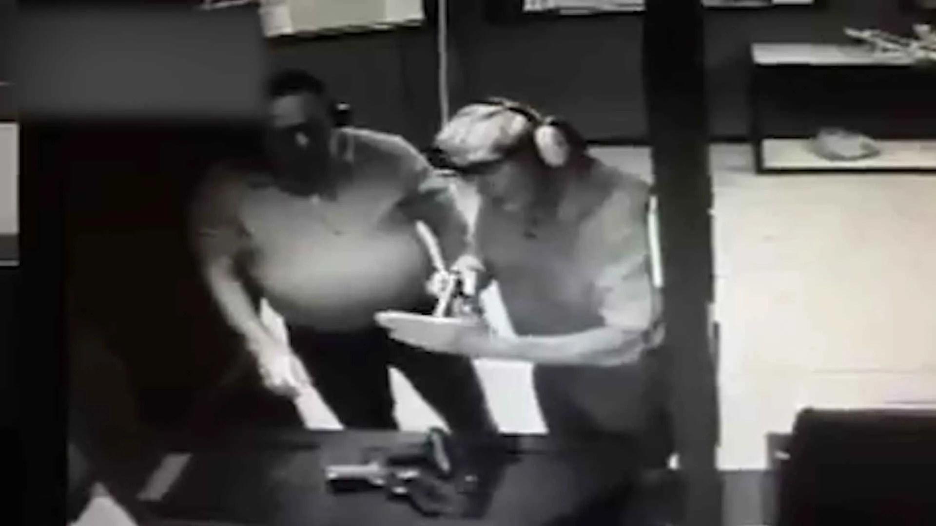 Capture d'écran de la vidéosurveillance d'un stand de tir américain montrant un homme se tirer par accident une balle dans la main.