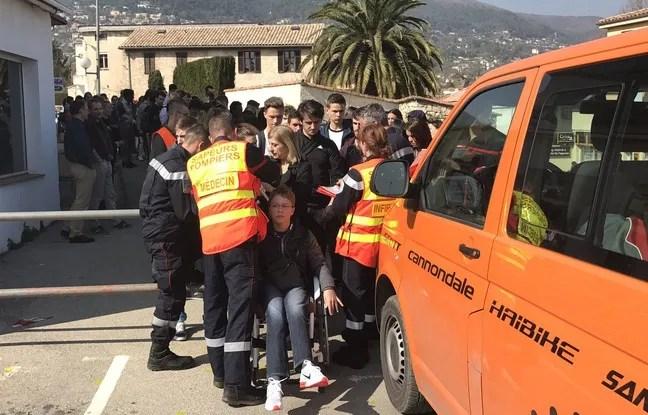 Les secours s'occupent des blessés de la fusillade qui a éclaté dans un lycée de Grasse.