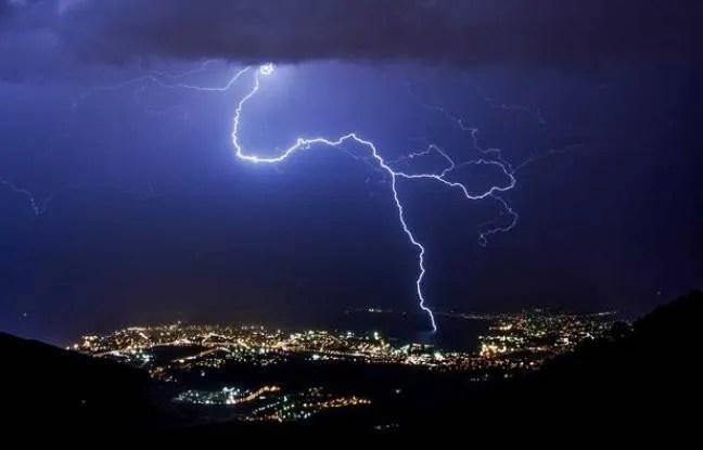 Illustration du mauvais temps, des éclairs et de la foudre.