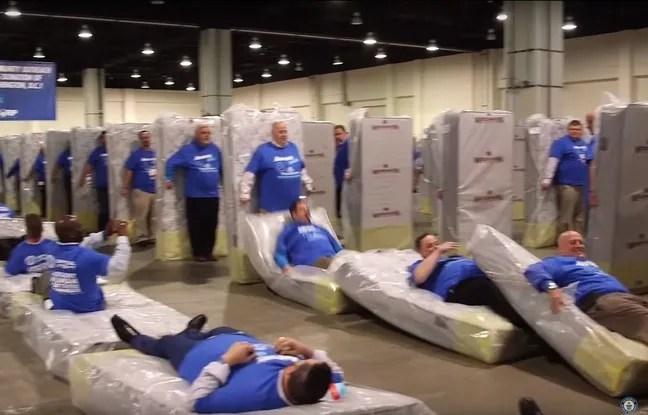 Au total, il a fallu 1.200 dominos humains pour battre ce record du monde.