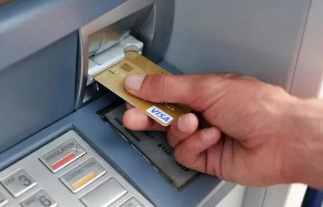 Un homme retire de l'argent à Carquefou, dans l'ouest de la France, le 10 septembre 2014