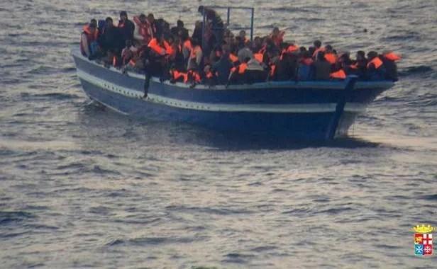 Un bateau de migrants secouru le 17 mars 2014 au large de Lampedusa par la Marine italienne
