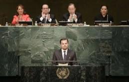 Leonardo DiCaprio à la tribune de l'ONU, sous les yeux de François Hollande, le 22 avril 2016.