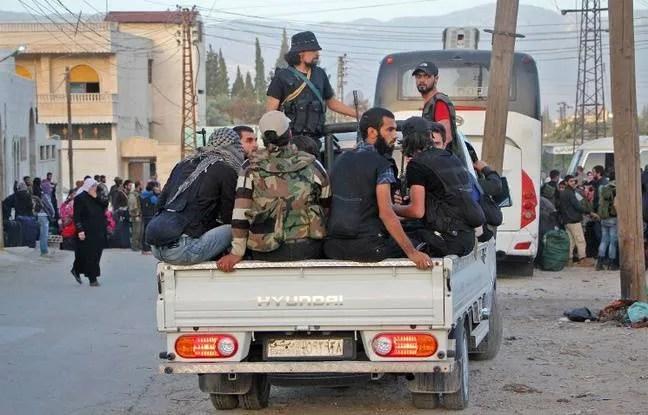 Des rebelles syriens à l'entrée de Hama en Syrie.