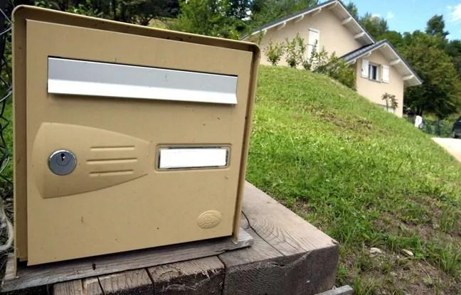 Un adjoint au maire de Bousbach, petit village de Moselle (Lorraine), a mis dans la boîte aux lettres d'un des administrés une crotte de chien. (Illustration)