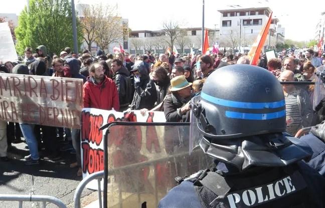 Près de 400 personnes ont manifesté le 13 avril 2016 contre la loi Travail, lors de la venue de Manuel Valls à Vaulx-en-Velin