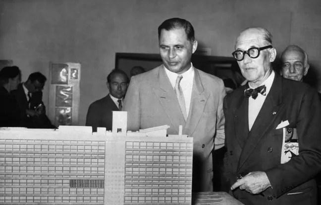 Le Corbusier devant une maquette de la Cité radieuse, en 1957, à Berlin.