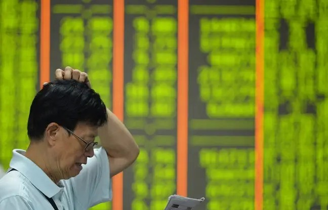 Les investisseurs chinois sont inquiets, comme ici à Hanghzou, dans l'est du pays, le 24 août.