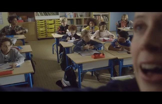 Dans le clip, le professeur ne réagit pas au chahut dans la classe.