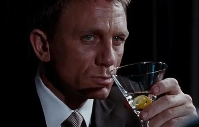 Capture d'écran du film Casino Royale où James Bond incarné par Daniel Craig trinque à la Vodka-Martini
