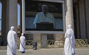 Une prière du pape François retransmise en direct en vidéo place Saint-Pierre, au Vatican, le 24 mai 2020.
