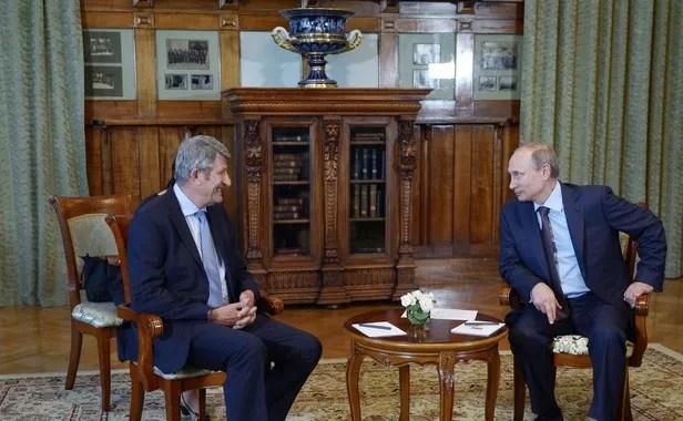 Le président russe, Vladimir Poutine (D), discute avec l'eurodéputé français Philippe de Villiers, lors d'un entretien au palais Livadia, près de Yalta, le 14 août 2014. AFP PHOTO / RIA NOVOSTI / KREMLIN POOL / ALEXEI NIKOLSKY