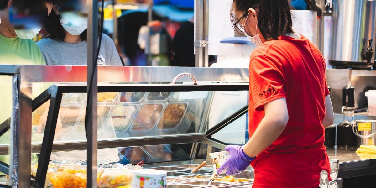 【台南夜市美食】每次來都人潮滿滿,20多種配料可以選擇的冰店! 還有嫩仙草和飲料喔~冰尬涼A!!創意茶飲、剉冰、嫩仙草!