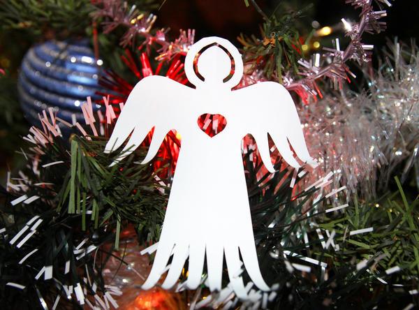 Фигурка ангела говорит о том, что в этом доме рады празднику и гостям